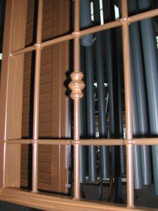 Ancora : effetto legno su grate di sicurezza in ferro zincato .