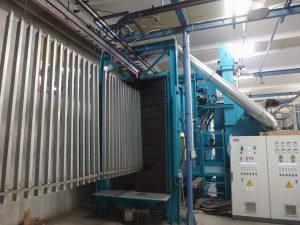 Vista ingresso della macchina granigliatrice a tunnel automatica.